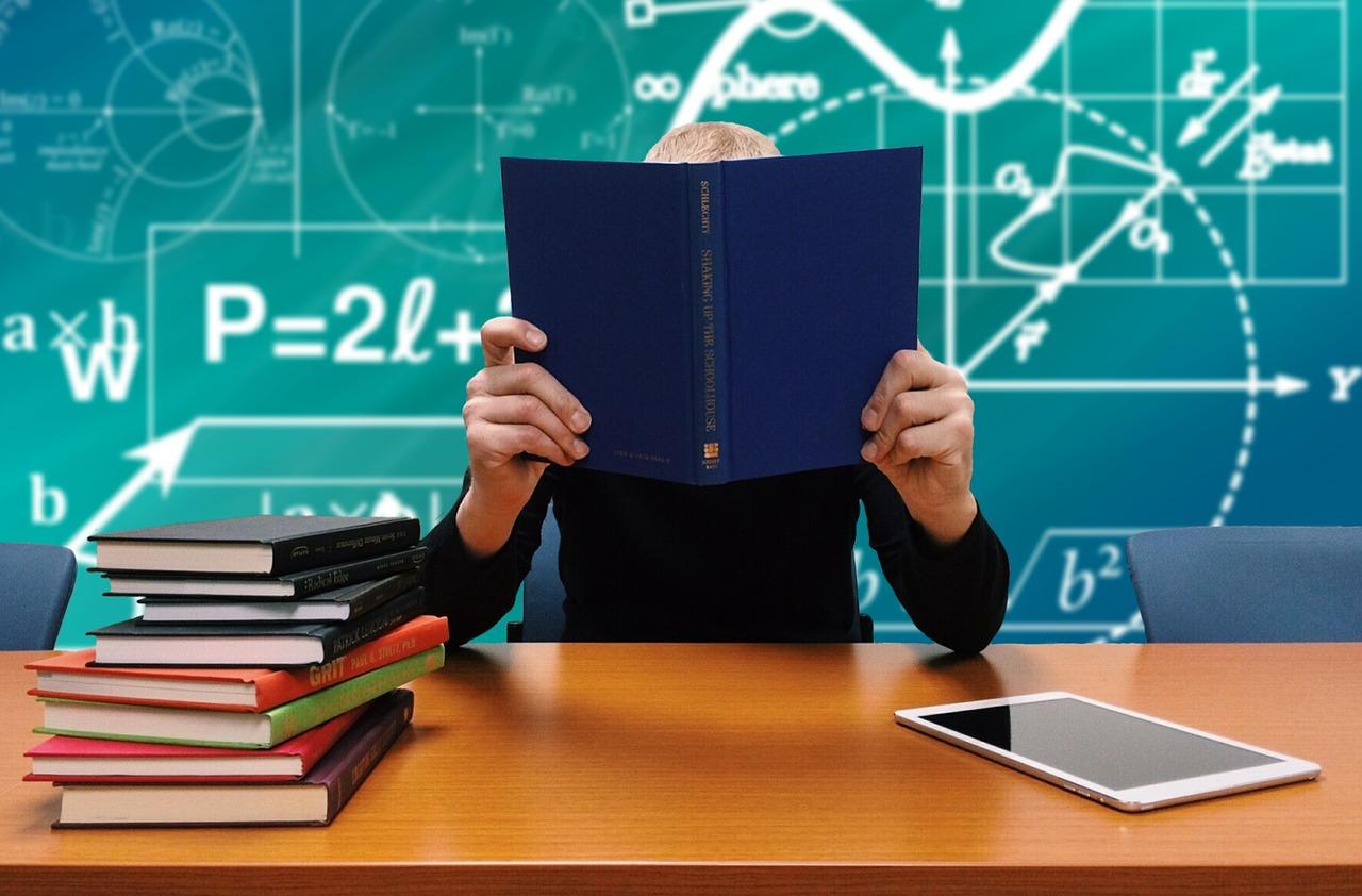 škola, student před tabulí